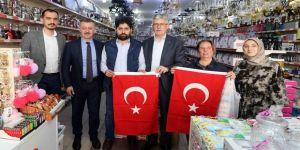 Büyükakın, esnaf ve vatandaşlara Türk bayrağı hediye etti