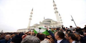 İsmail Coşar'ın cenazesi son yolculuğuna uğurlandı ! Tabutta oto tamirci reklamı tepki çekti