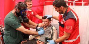 Yunan askerlerinin müdahalesinde yaralanan sığınmacılar tedavi ediliyor