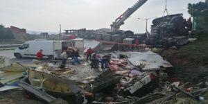 Kocaeli'de feci kaza !  2 kişi yaralanırken yüzlerce kilo et, yola saçıldı