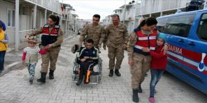 Jandarmadan depremzede engelli gence tekerlekli sandalye sürprizi