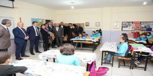 Bıyık, kaza geçiren öğrencileri sınıfta ziyaret etti