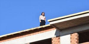 Bir apartmana çıkarak intihara kalkışan kadını ekipler ikna etti