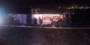 Yolcu otobüsü tıra çarptı: 44 yaralı