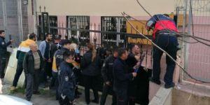 Gebze'de okul kapısına tırmanan çocuk yaralandı