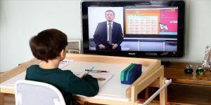 Milli Eğitim Bakanı Ziya Selçuk uzaktan eğitimin ilk dersini verdi
