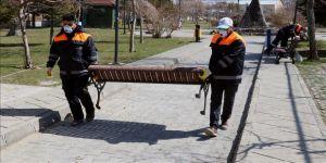 Van'da koronavirüs tedbirleri kapsamında parklardaki oturma bankları kaldırıldı