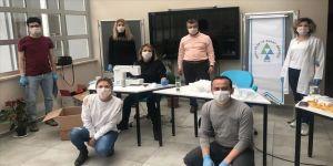 Bolu'da öğretmenler, sağlık çalışanları için yüz siperlikli maske üretiyor