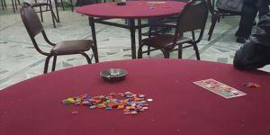 Kovid-19 tedbiri için kapatılan hamamda kumar oynarken yakalandılar