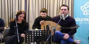 Müzisyen çift evlere 'Facebook' üzerinden konuk oluyor