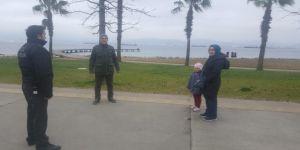 Parklardaki vatandaşlara Covid-19 bilinçlendirmesi