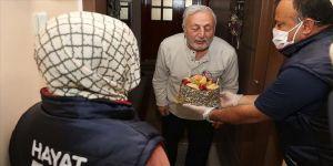 Mustafa amcaya kızı ve damadından 'Vefa'lı doğum günü sürprizi