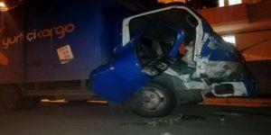 Darıca'da kargo aracı duvara çarptı: 2 Yaralı