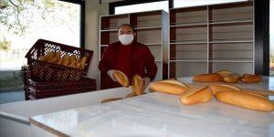 Muğla'da bir gazeteci evden çıkamayanlara 1500 ekmeği ücretsiz dağıttı