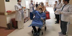 Kovid-19'u yenen 82 yaşındaki Manisalı hasta taburcu edildi