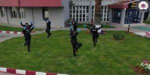 Zonguldak'ta polis ekipleri, zeybek oynayarak 'sosyal mesafe' kuralına dikkati çekti