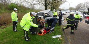 Kontrolden çıkan otomobilin ağaca çarpması sonucu 2 kişi yaralandı.