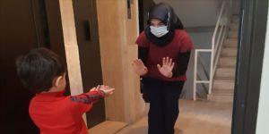 Ebru hemşire kapıdan gördüğü oğluna dokunamadan hasret gideriyor