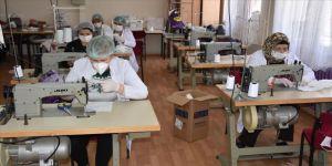 Karslı kadınlar sağlıkçılar için maske üretiyor