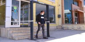 Üniversitelilerin yaptığı ''dezenfeksiyon kapısı''na talep artıyor