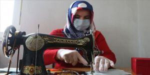 Ev hanımlarının çeyizlik dikiş makineleri maske mesaisinde