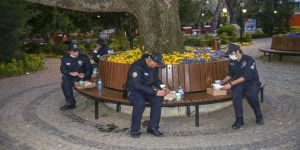 Görev başındaki polisler iftarlarını kumanya ile açtı