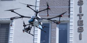 Sokağa çıkamayan kız öğrencilere drone ile tablet ve gül gönderildi