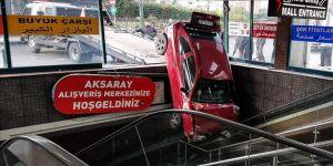 Otomobil Yeraltı Çarşısı girişinde askıda kaldı