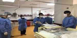 COVID-19 ile mücadelede sağlık çalışanlarına eğitimler sürüyor
