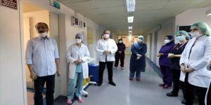 Hastanede duran kalbi yeniden çalıştırılan Kovid-19 hastası alkışlarla taburcu edildi