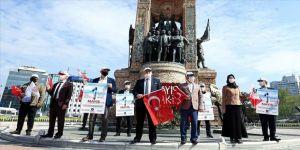 Sendikalar 1 Mayıs dolayısıyla Taksim Cumhuriyet Anıtı'na çelenk bıraktı