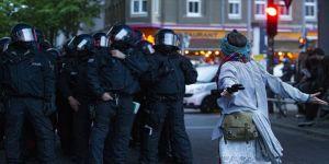 Almanya'da izinsiz 1 Mayıs gösterisine polis müdahale etti