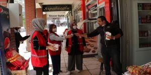 Türk Kızılay gönüllüleri dükkan dükkan gezip maske ve dezenfektan dağıttı