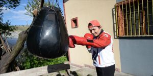 Milli boksör Elif Güneri koronavirüs sürecinde evinin bahçesinde yumruk atıyor