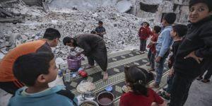 İdlibli yetimler oruçlarını yıkıntılar arasında açıyor