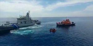 Yunanistan'ın denizde ölüme terk ettiği 22 sığınmacıyı Türk sahil güvenliği kurtardı