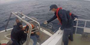 Muğla'da Türk kara sularına itilen fiber teknedeki 26 sığınmacı kurtarıldı