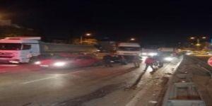 Otomobil,demir bariyerlere çarparak yolun karşı şeridine geçti