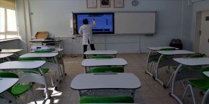 Öğretmenler online dersleri öğrencilere sınıflarından anlatıyor