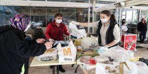 Mahalleli kadınlar sağlık çalışanlarına yemek yaparak destek oluyor