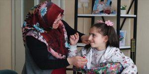Engelli hale gelen kızının yeniden yürüyebilmesi için mücadele ediyor