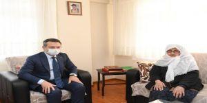 Vali Aksoy,7 çocuk ve 30 torun sahibi 100 yaşındaki Aişe Tikci'yi ziyaret etti