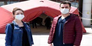 Hemşire çift omuz omuza Kovid-19 hastalarına şifa olmak için çabalıyor