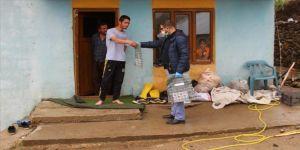 Gönüllü öğretmenler köy köy dolaşarak öğrencilerin ihtiyacını gideriyor