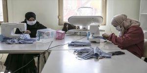 Suriyeli yetim annelerinden sağlık çalışanları için yıkanabilir maske