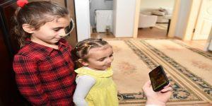 Kendisine mektup yazan küçük Ayşe'ye kitap hediye etti