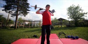 İşitme engelli genç güreşçi şampiyonalara evinin bahçesinde hazırlanıyor