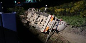 Kocaeli'de meydana gelen trafik kazasında tanker şarampole yuvarlandı,