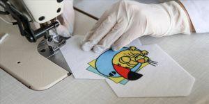 Maskeler çocuklar için çizgi film karikatürlerine büründü