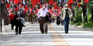 65 yaş üstü vatandaşlar sokağa çıkarak yürüyüş yaptı